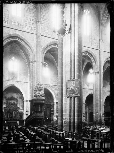 Intérieur : vue transversale de la nef vers le nord, chaire à prêcher