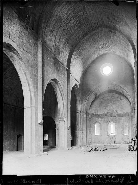Eglise abbatiale, intérieur : nef vers le choeur