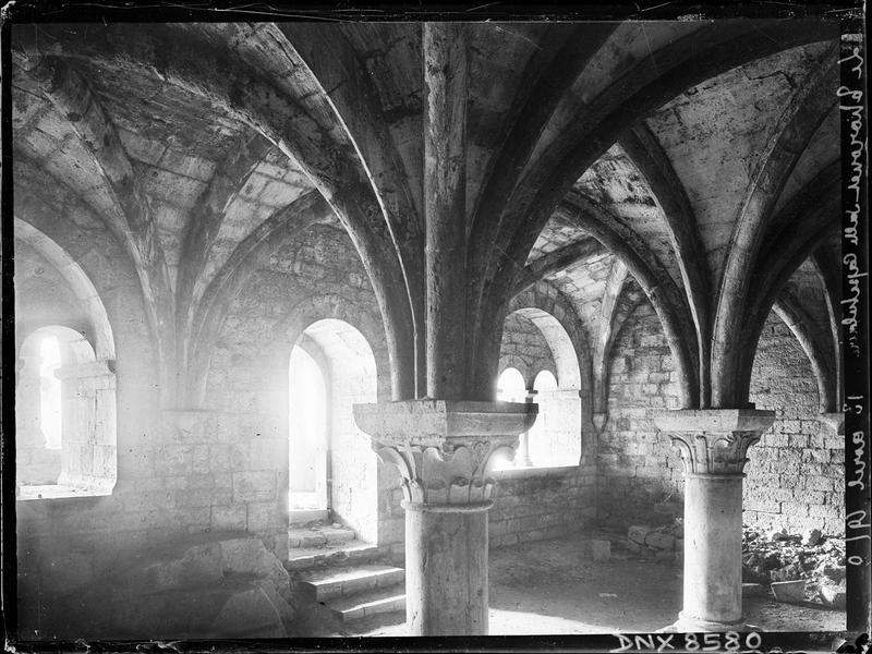 Salle capitulaire : intérieur, chapiteaux et départs de voûtes