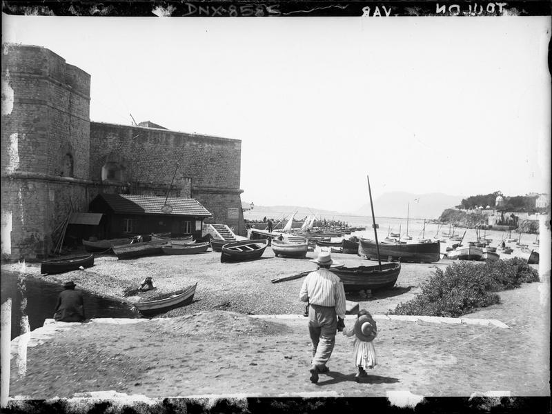 Façade sur le port Saint-Louis, barques de pêche à l'amarrage