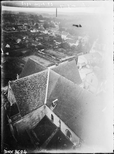 Vue plongeante sur la toiture de la nef et du transept, prise de la tour