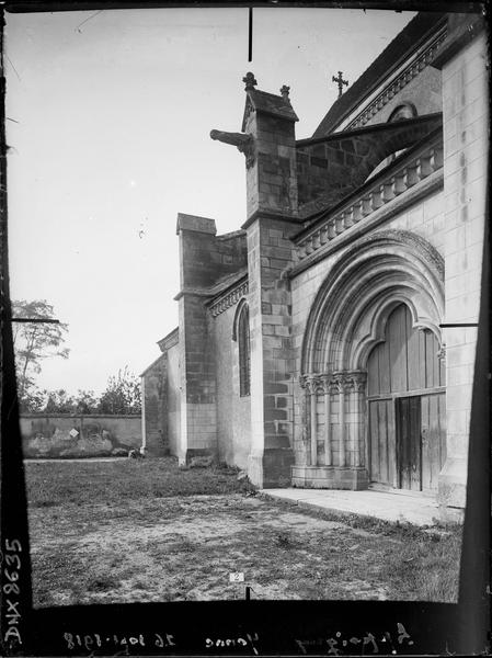 Façade sud, vue diagonale vers l'ouest : portail