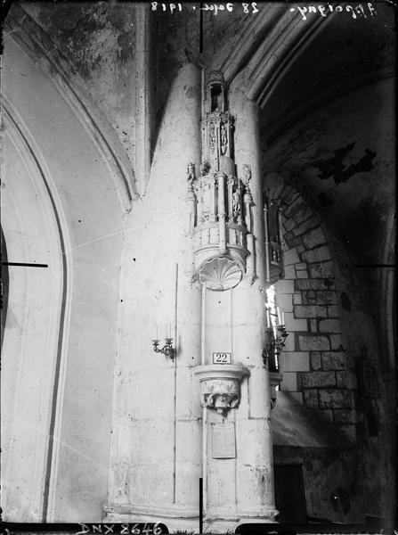 Intérieur : niche et dais sculptés accolés à un pilier