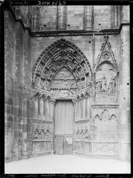 Façade ouest : petit portail droit