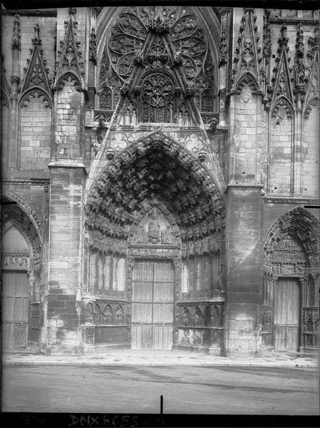 Façade ouest : portail central et vue partielle des portails droit et gauche