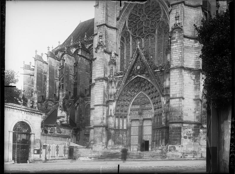 Façade du transept nord et vue partielle de l'abside