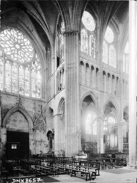 Intérieur : croisée du transept, vitrail du transept nord