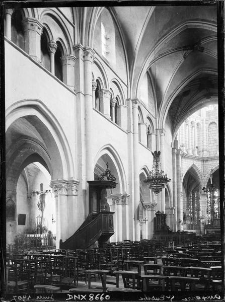 Intérieur : nef vers le nord-est, chaire à prêcher