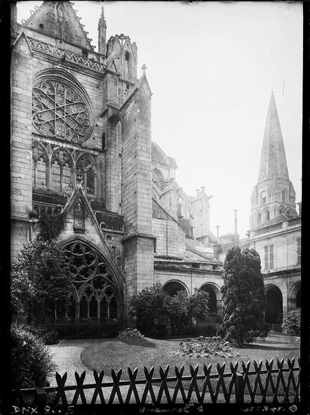 Eglise abbatiale : bras nord du transept et clocher