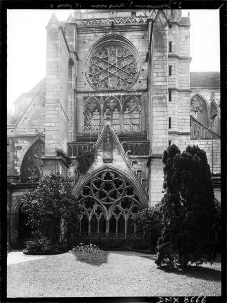 Eglise abbatiale : façade du bras nord du transept