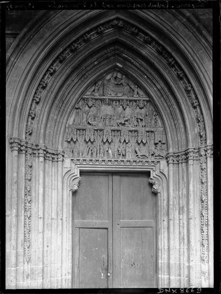 Portail nord sous la galerie du cloître, tympan sculpté de scènes de la vie de saint Germain