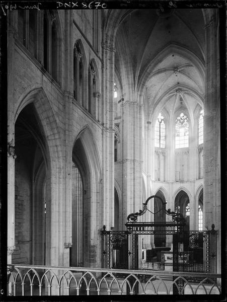 Eglise abbatiale, intérieur : choeur et grille en fer forgé du choeur vus de la nef