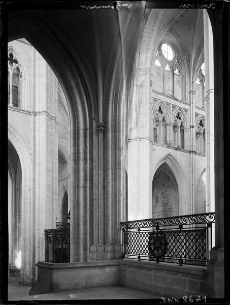 Eglise abbatiale, intérieur : choeur et grille vus du déambulatoire