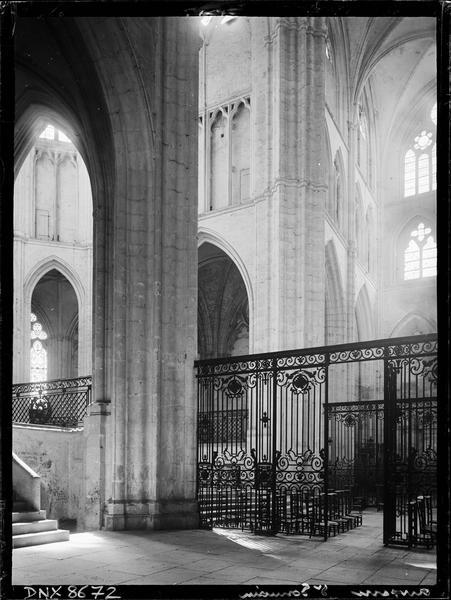 Eglise abbatiale, intérieur : choeur et croisée du transept, grilles en fer forgé
