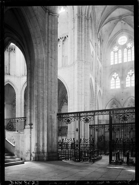 Eglise abbatiale, intérieur : choeur, croisée du transept et transept sud, grilles en fer forgé