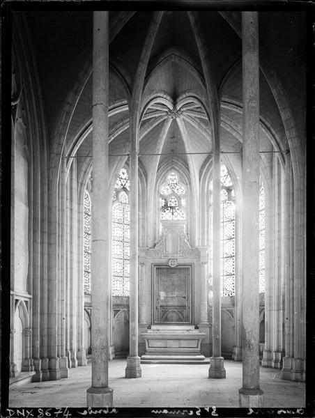 Eglise abbatiale, intérieur : chapelle absidiale et son autel, vue axiale