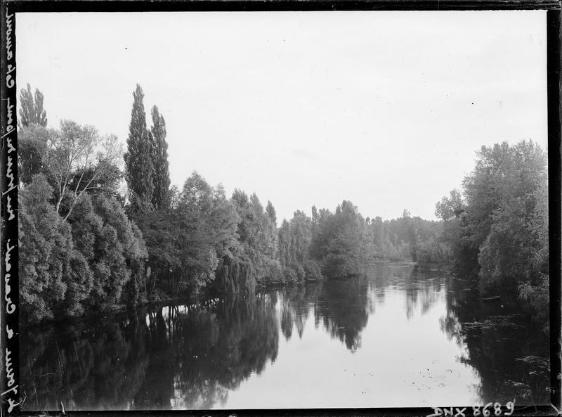 L'Yonne en amont de la ville : vue prise du pont