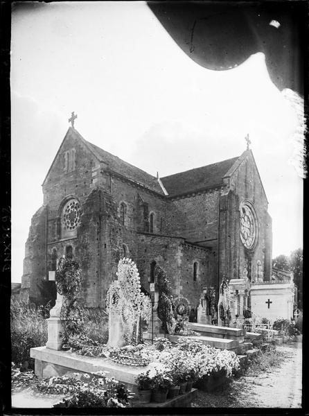 Ensemble nord-est, cimetière au premier plan