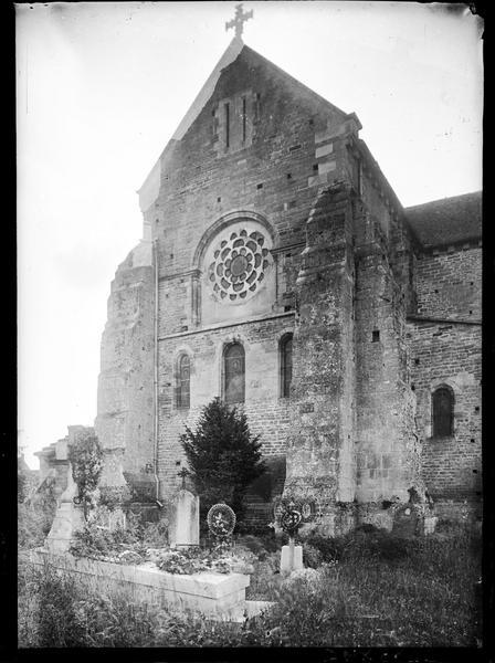 Chevet, cimetière au premier plan