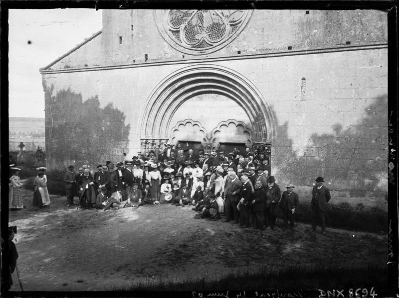 Congrès de 1907 (Société française d'archéologie), portrait collectif : congressistes devant la façade ouest