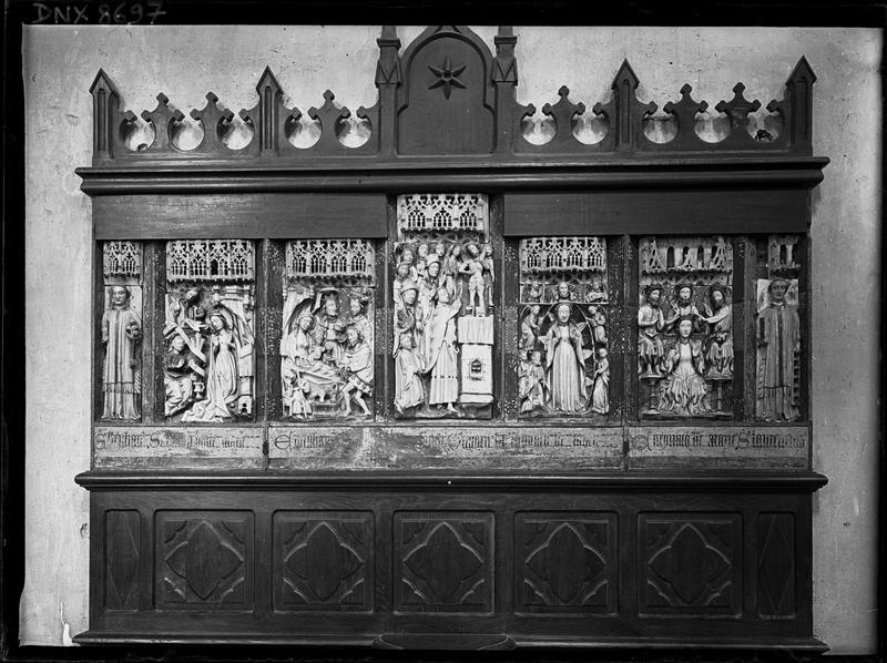 Intérieur : retable composé de sept bas-reliefs en albâtre polychrome, vue d'ensemble