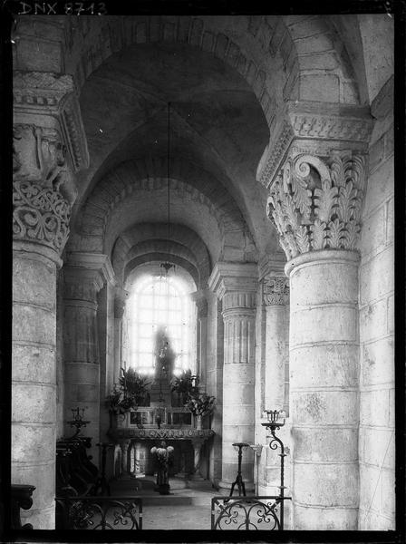 Intérieur, bas-côté nord vers l'est : chapiteaux et autel
