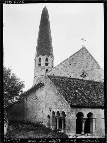 Angle nord-ouest : porche et clocher