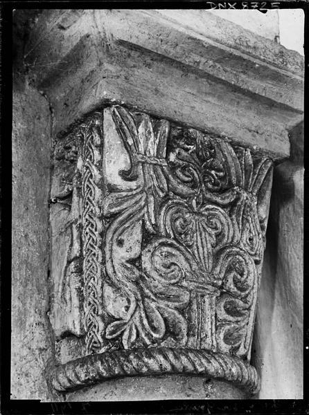 Intérieur, chapelle nord : chapiteau orné d'un décor végétal