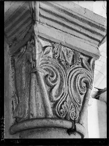 Intérieur : chapiteau orné d'un décor végétal et d'un visage