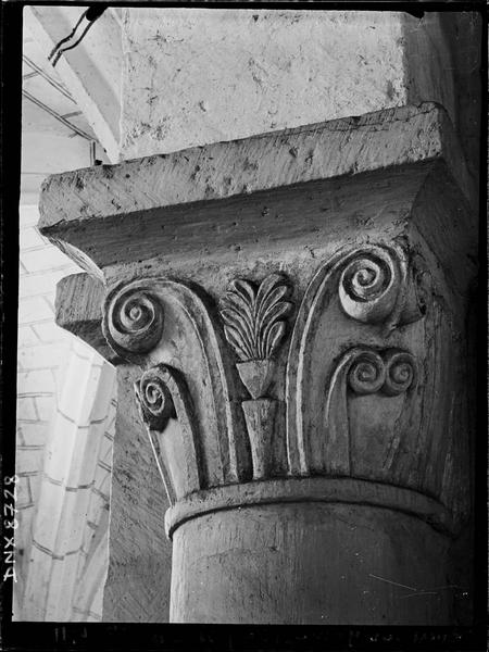 Intérieur : chapiteau orné de crosses
