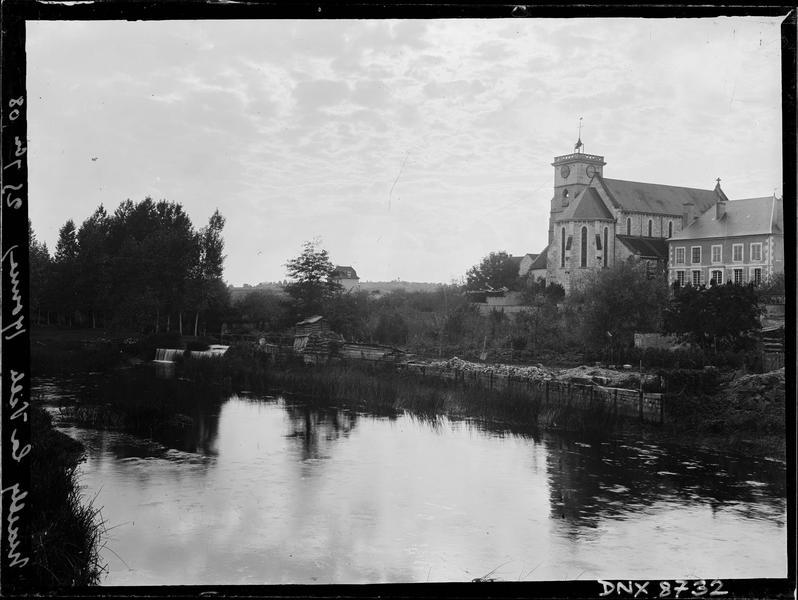 Ensemble nord-est, clocher et presbytère dominant l'Yonne