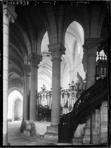 Intérieur : déambulatoire au revers de l'autel, escalier
