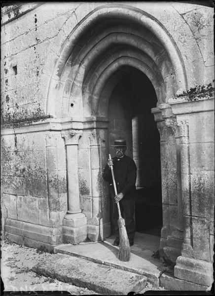 Balayeur sous le portail de la façade nord