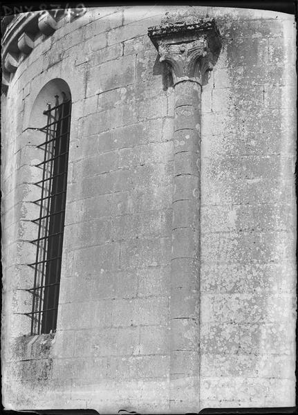 Abside, détail : colonne engagée et chapiteau