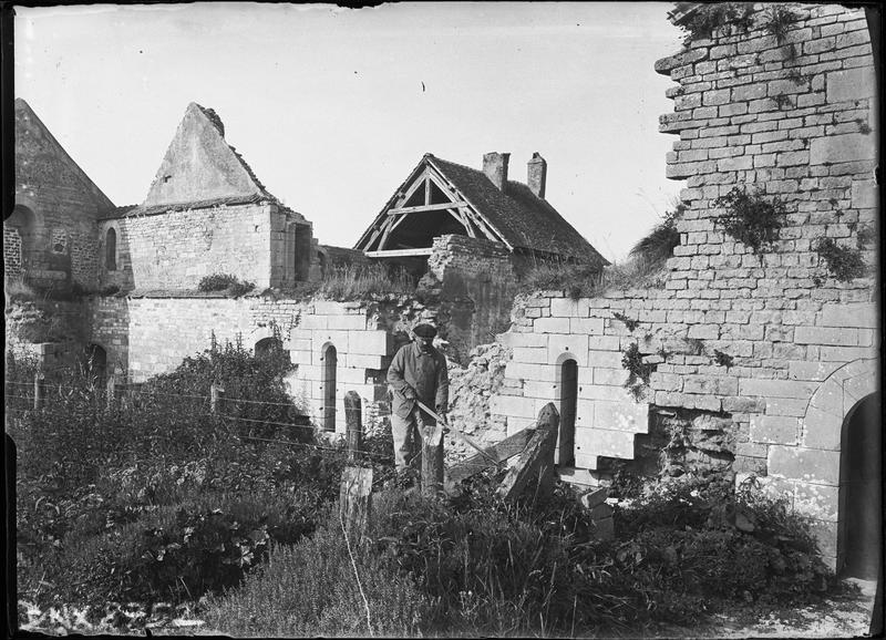 Ruines au sud de l'abside