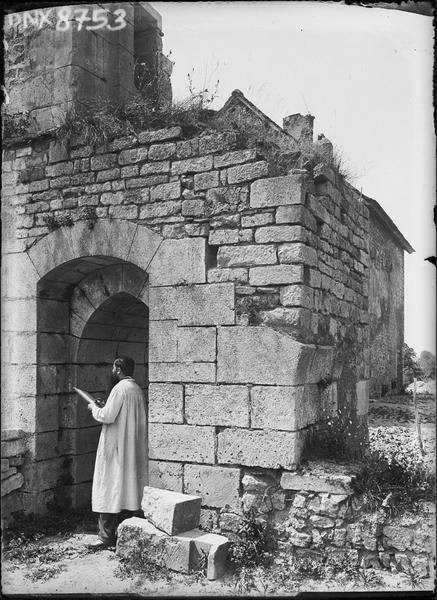 Ruines, homme prenant des notes