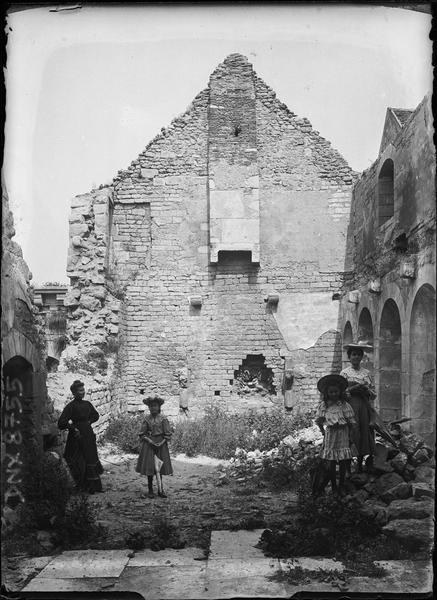 Femmes et fillettes dans les ruines du réfectoire