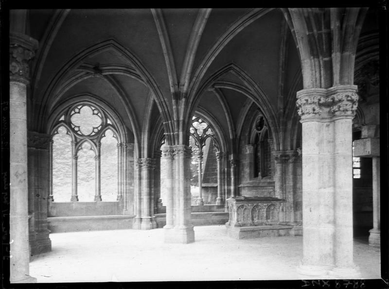 Porche, intérieur : baies, colonnes et tombeau
