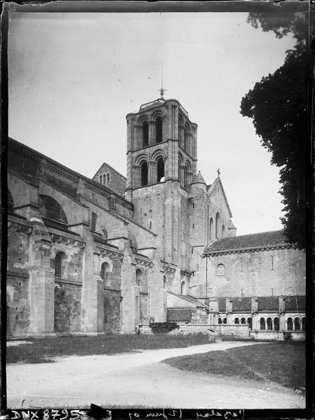 Angle de la façade sud et du cloître, clocher du croisillon sud
