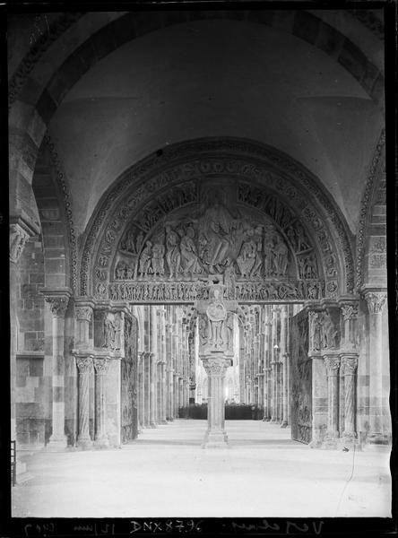 Narthex : portail central ouvert sur la nef, vue axiale