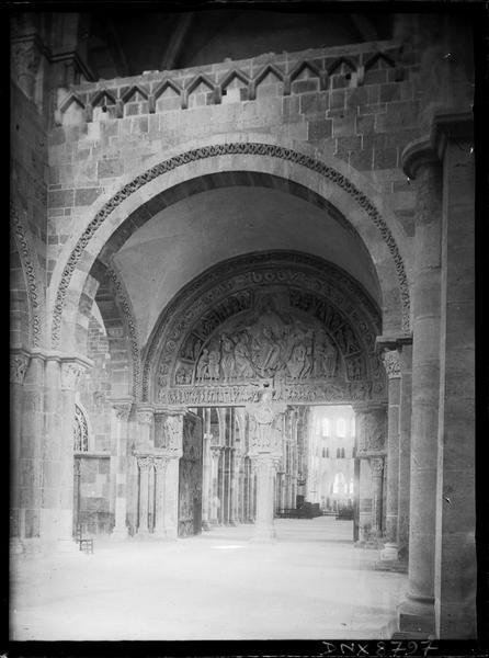 Narthex : portail central ouvert sur la nef, vue diagonale
