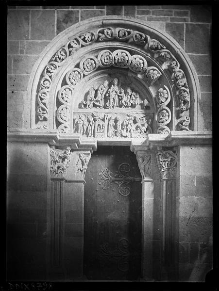 Narthex, portail sud, tympan sculpté : l'Annonciation, la Nativité