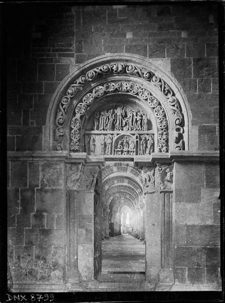 Narthex, portail nord ouvert sur le bas-côté, tympan sculpté : l'Apparition du Christ aux pèlerins d'Emmaüs et aux apôtres