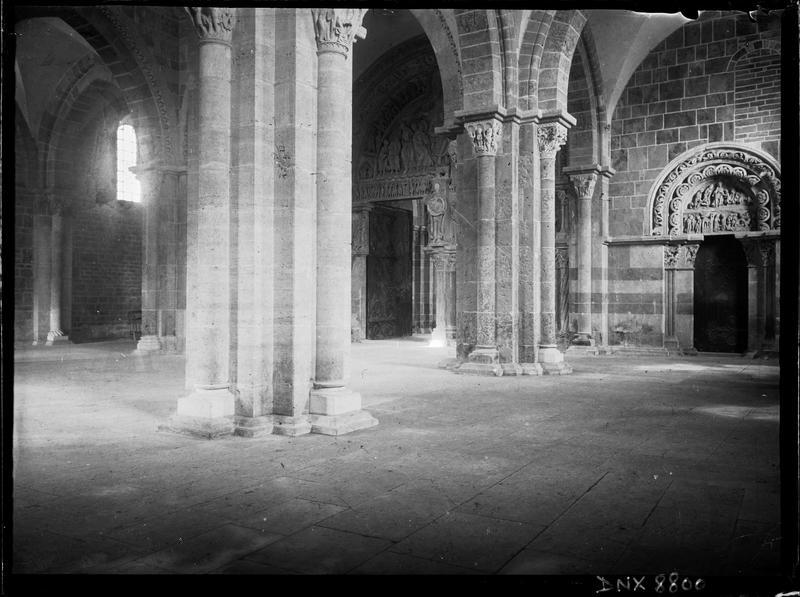 Narthex : piliers et portail sud