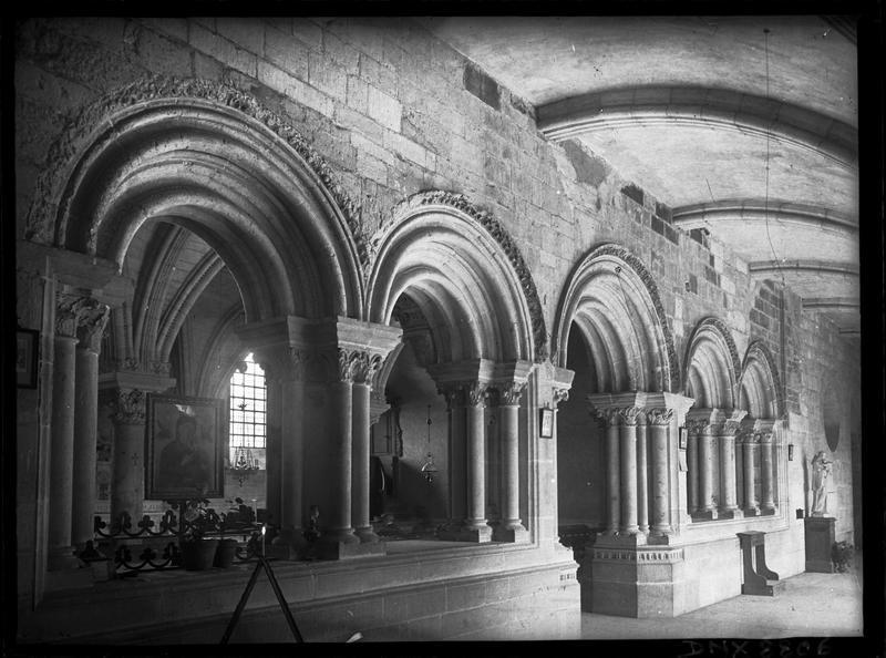 Cloître : galerie et entrée de la salle capitulaire