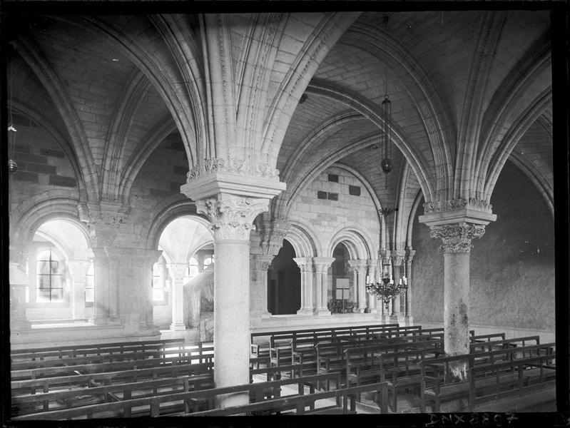 Salle capitulaire, intérieur : colonnes et voûtes
