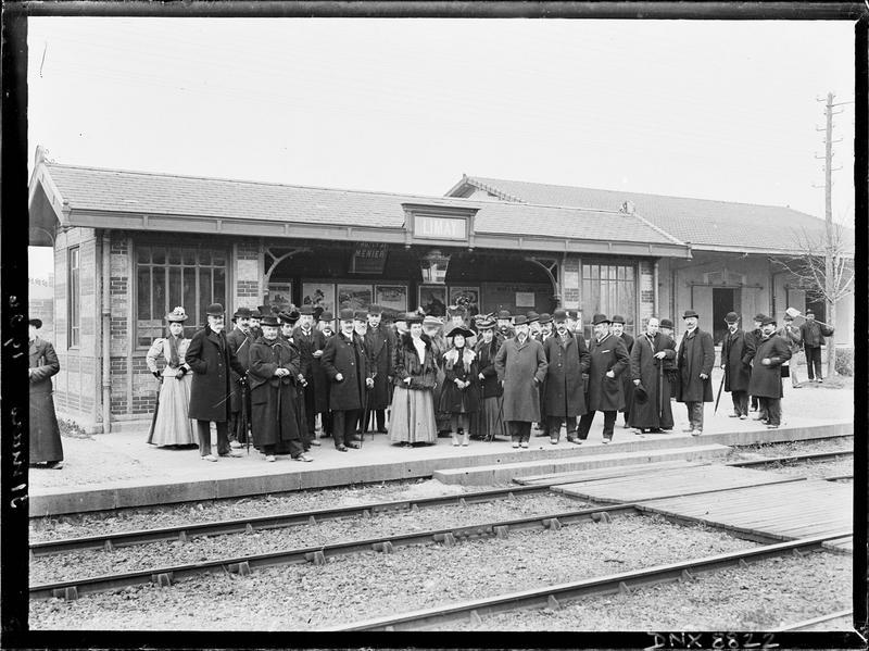 Portrait collectif sur le quai de la gare : membres de la Société française d'archéologie
