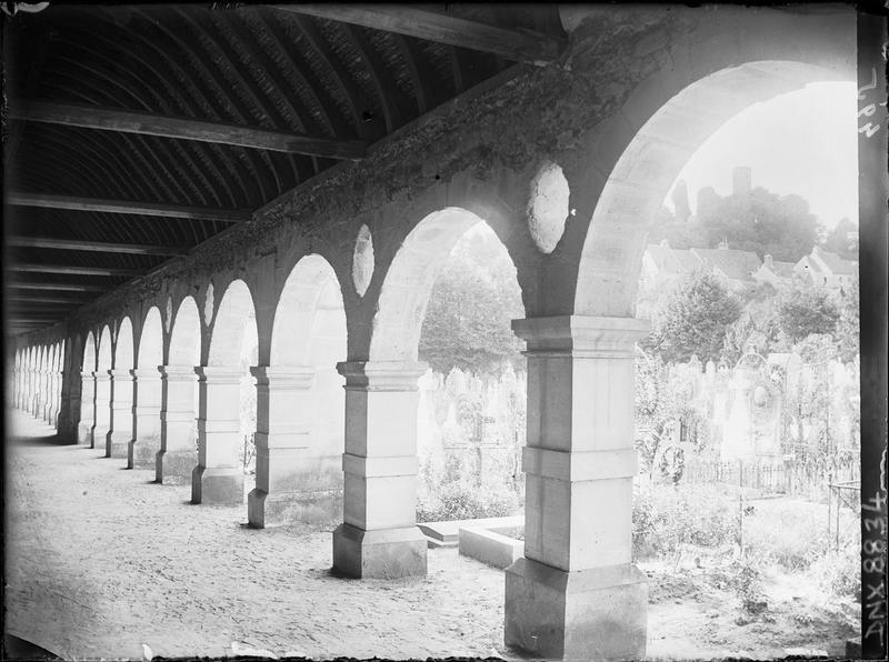Galerie est du cloître : vue transversale vers les tombes