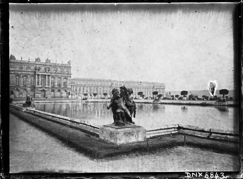 Parterre d'Eau, bassin sud, groupe sculpté : enfants au miroir