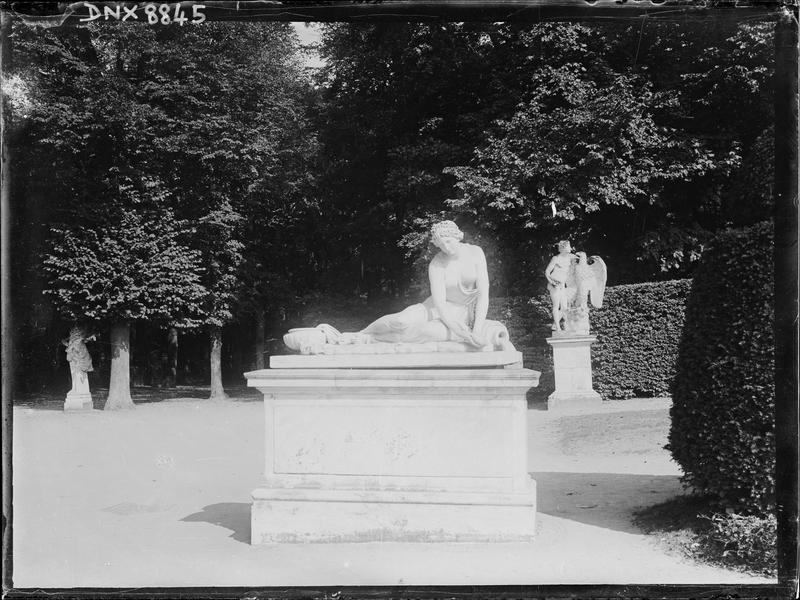 Demi-Lune du parterre de Latone, statue : Nymphe au coquillage, d'après l'original de Coysevox